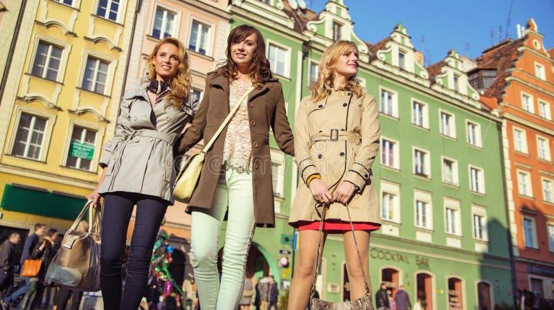 Grupa przyjaciele w crowdy śródmieściu zdjęcie stock