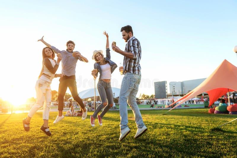Grupa przyjaciele wpólnie w parkowym mieć zabawę obrazy royalty free