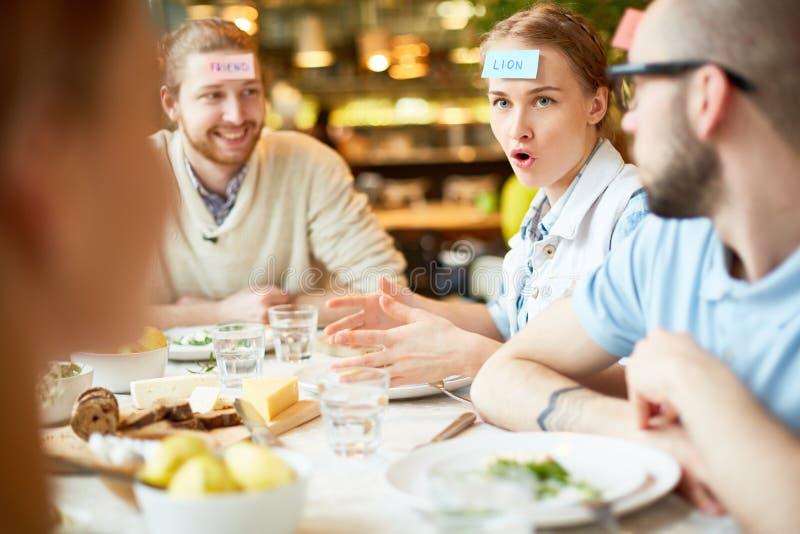 Grupa przyjaciele zbiera w kawiarni i bawić się gry zdjęcia stock