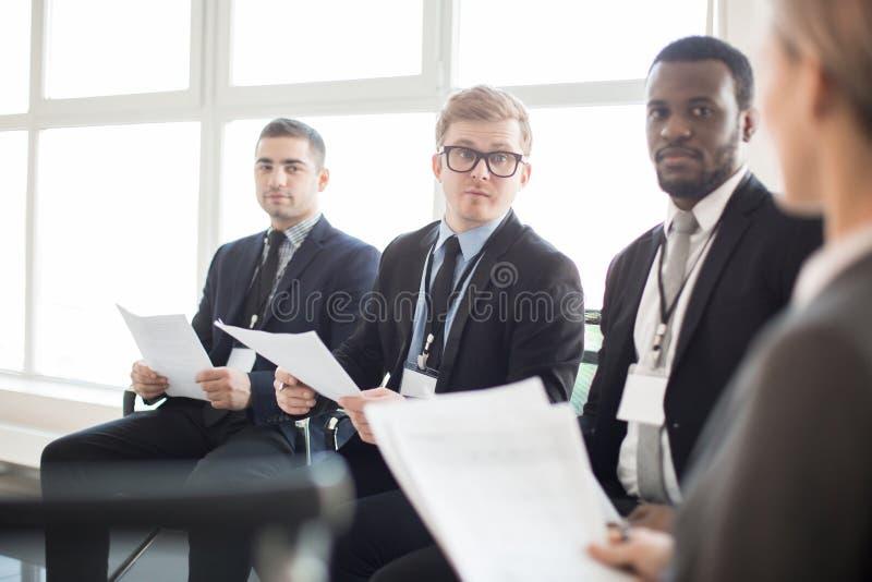 Grupa różnorodni koledzy z papierami na spotkaniu obraz stock