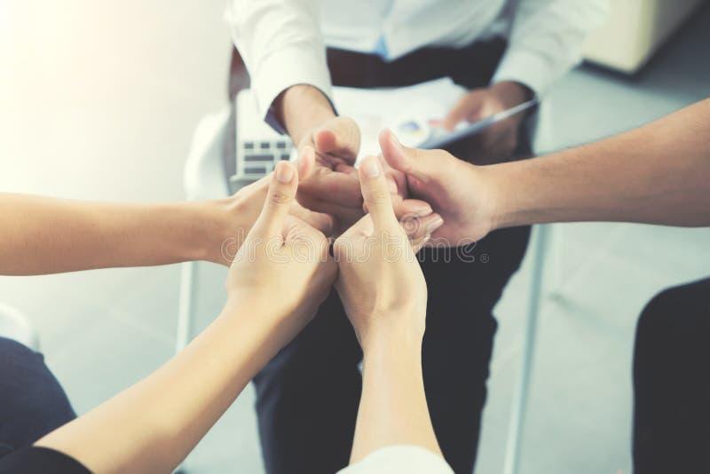 Grupa Różnorodni ludzie biznesu ręk Wpólnie Wali up busi zdjęcie stock