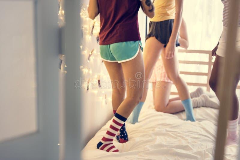 Grupa różnorodni nastolatkowie stoi na łóżku zdjęcia stock