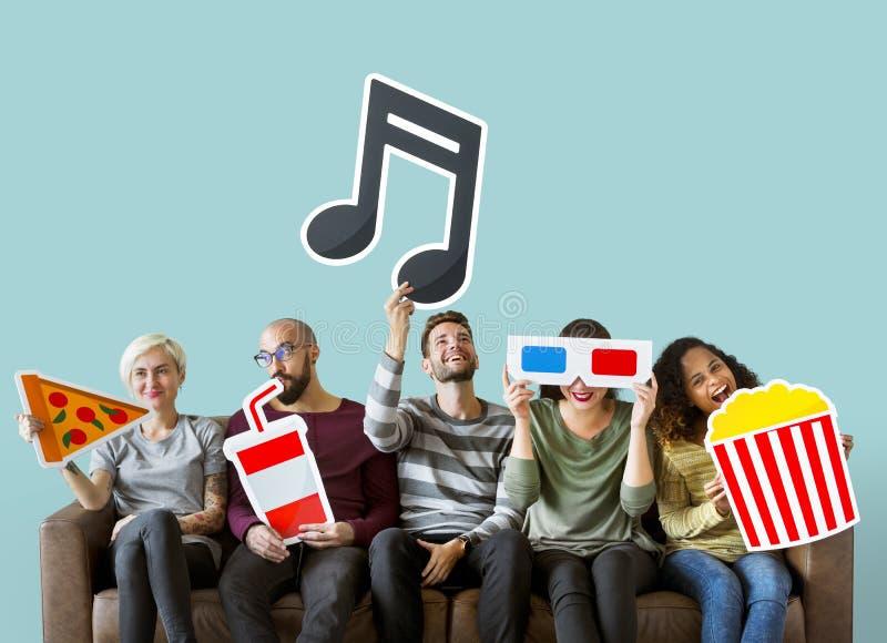 Grupa różnorodni przyjaciele i muzyczny pojęcie obrazy stock