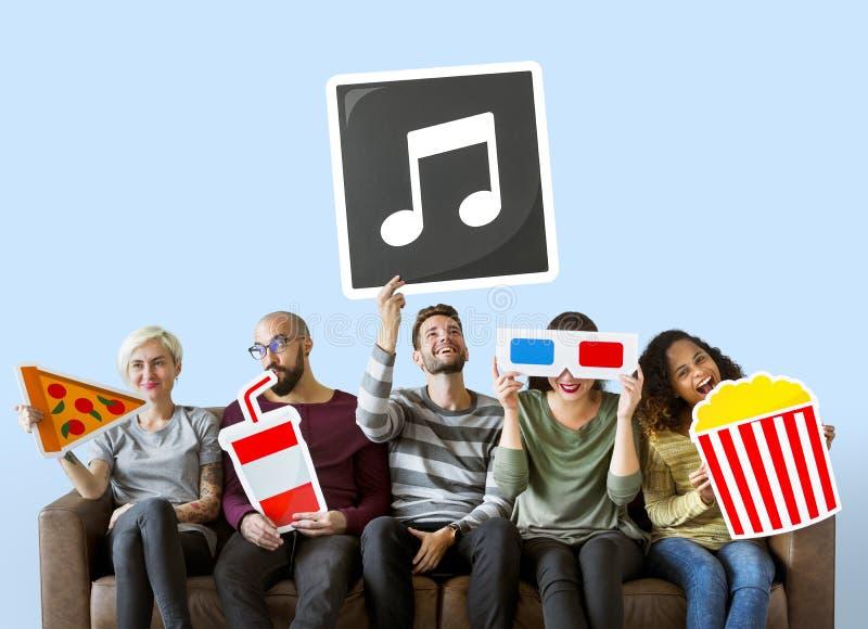 Grupa różnorodni przyjaciele trzyma filmów emoticons zdjęcie royalty free