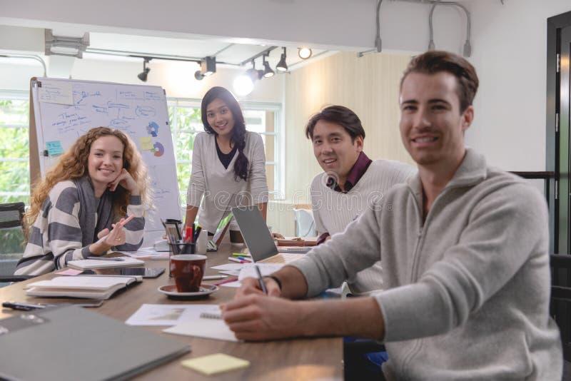 Grupa różnorodność biznesmeni pracuje wpólnie brainstorming wewnątrz zdjęcia royalty free
