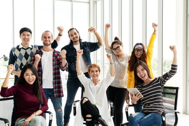 Grupa różnorodność ludzie Zespala się uśmiechniętego i rozochoconego w sukces pracie przy nowożytnym biurem Kreatywnie Wieloetnic zdjęcia stock