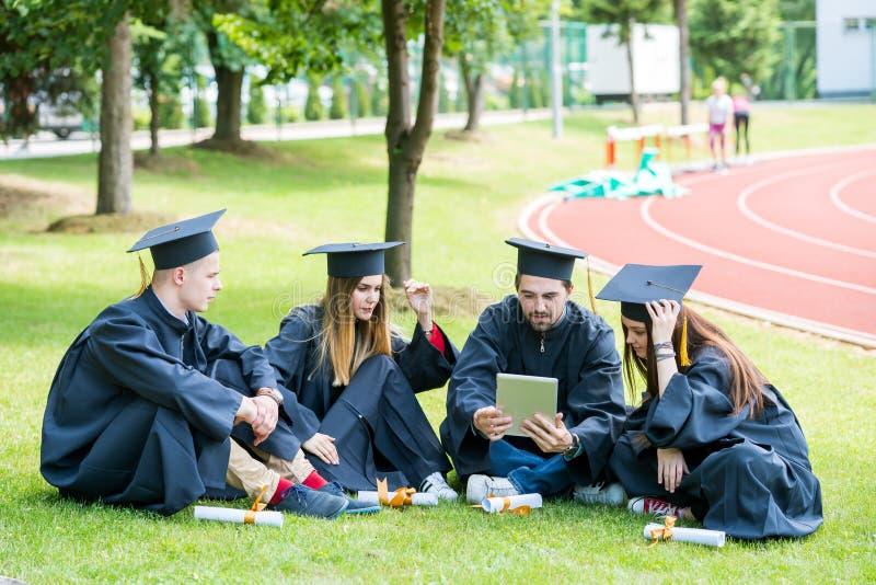 Grupa Różnorodny Międzynarodowy Kończy studia uczni Świętować, fotografia royalty free