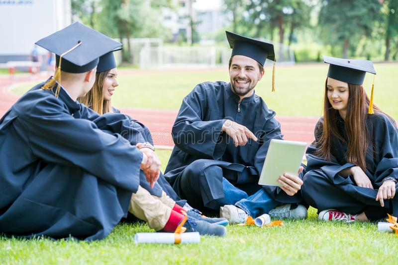 Grupa Różnorodny Międzynarodowy Kończy studia uczni Świętować, zdjęcie stock