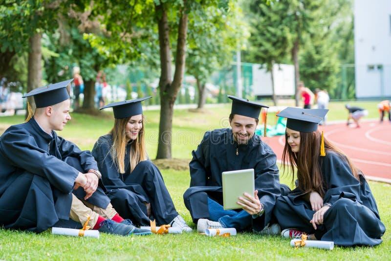 Grupa Różnorodny Międzynarodowy Kończy studia uczni Świętować, zdjęcia stock