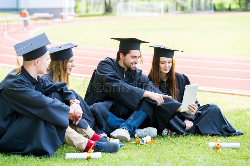 Grupa Różnorodny Międzynarodowy Kończy studia uczni Świętować, obraz royalty free