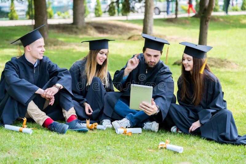 Grupa Różnorodny Międzynarodowy Kończy studia uczni Świętować, obraz stock