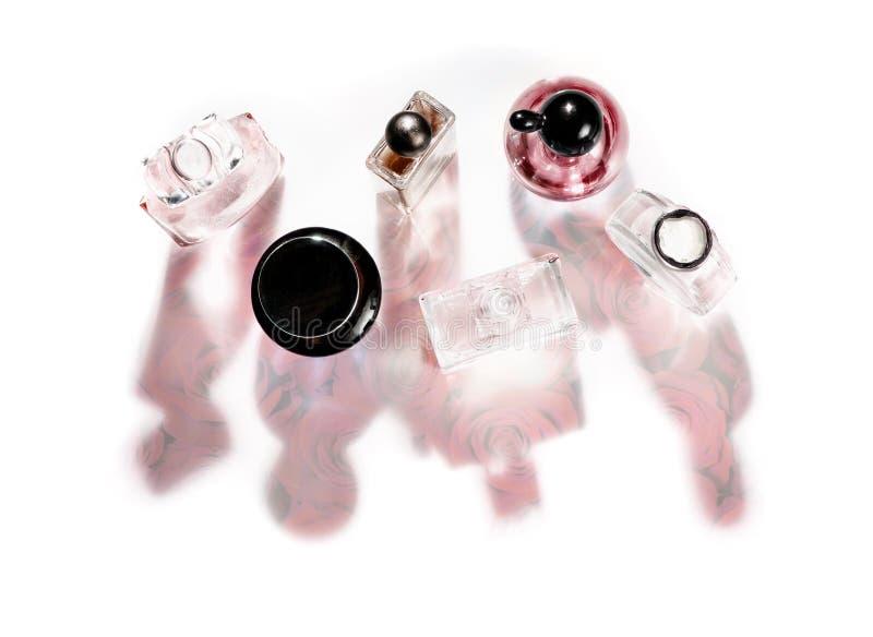 Grupa różowe różnorodne pachnidło butelki z róża kwiatem w cieniach Id na wierzchołku zdjęcia royalty free