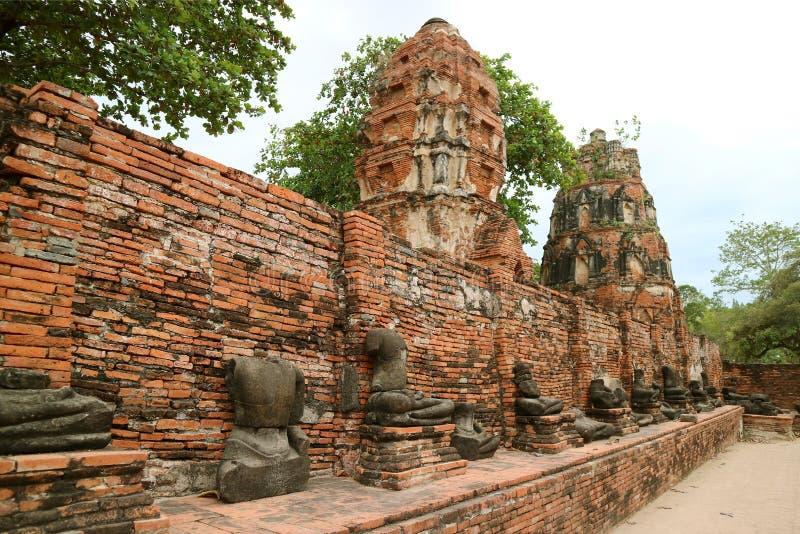 Grupa resztki Bezgłowi Buddha wizerunki przy Wata Mahathat Antyczną świątynią w Ayutthaya Dziejowym parku, Tajlandia fotografia royalty free