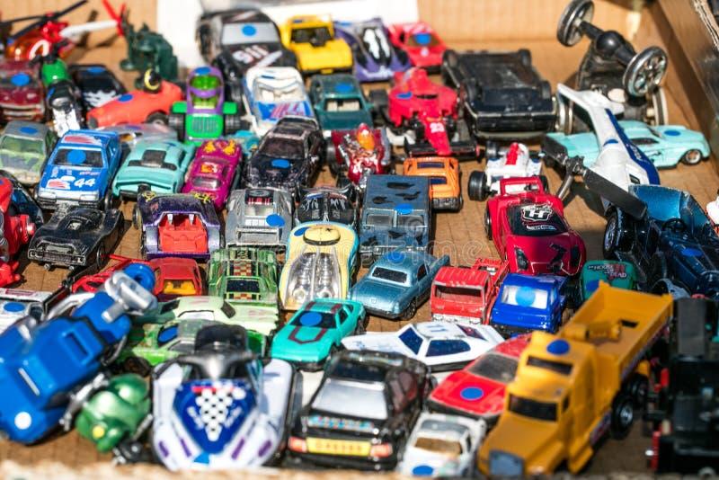 Grupa rocznika metalu miniatury samochody sprzedawał przy oszczędzanie sklepem obraz stock