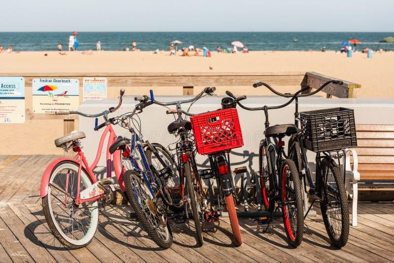 Grupa rowery na boardwalk przy plażą fotografia royalty free