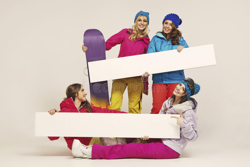 Grupa rozochoceni żeńscy snowboarders fotografia royalty free