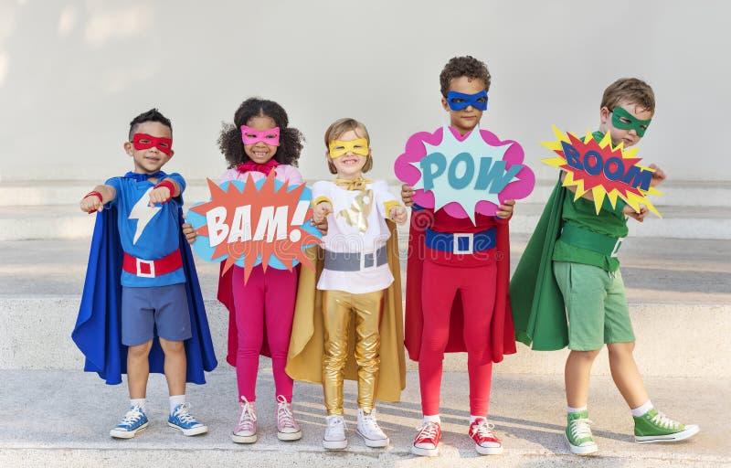 Grupa rozochoceni bohaterów dzieciaki wpólnie zdjęcie stock