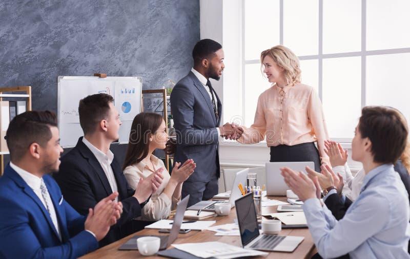 Grupa rozochoceni ludzie biznesu siedzi przy spotkaniem zdjęcie stock