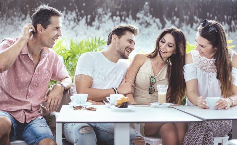 Grupa rozochoceni przyjaciele w coffe domu obrazy stock