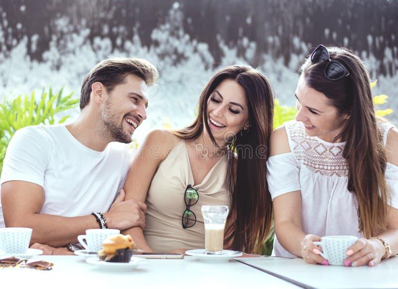 Grupa rozochoceni przyjaciele w kawiarni zdjęcia stock