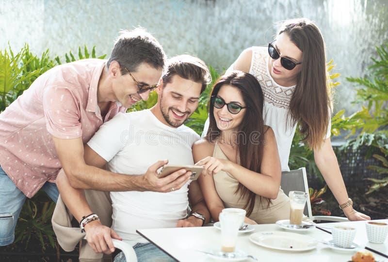 Grupa rozochoceni przyjaciele w kawiarni obraz stock