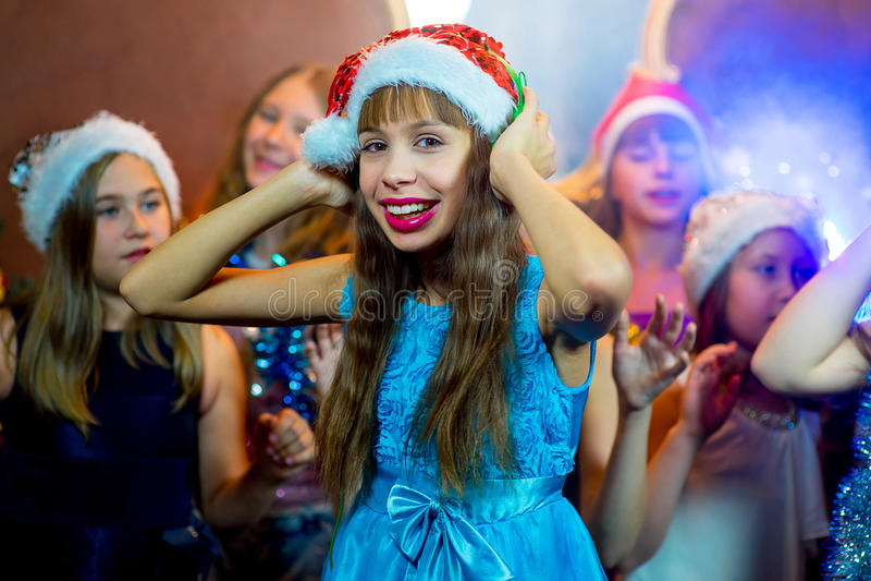 Grupa rozochocone młode dziewczyny świętuje boże narodzenia headquarter zdjęcia stock
