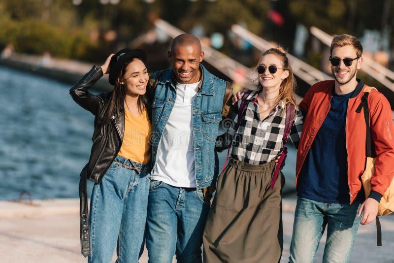 grupa rozochocony wielokulturowy przyjaciół chodzić zdjęcia royalty free