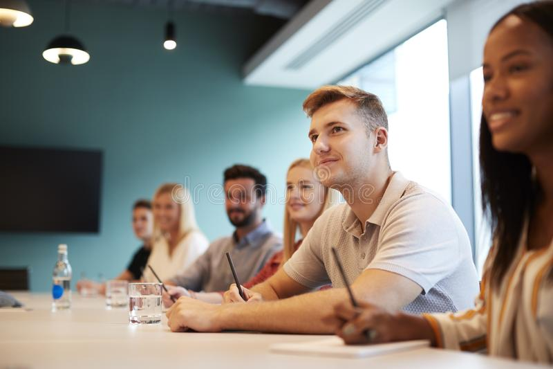 Grupa Słucha prezentacja Przy biznesu absolwenta oceny Rekrutacyjnym dniem Młodzi kandydaci Siedzi Przy sala posiedzeń stołem fotografia royalty free