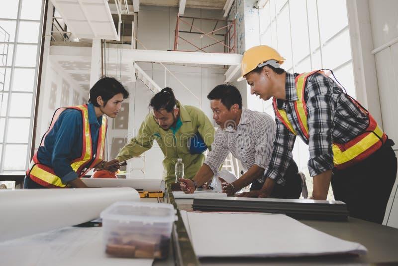 Grupa samiec i żeńscy inżyniery spotykamy opowiadaliśmy p zdjęcie stock