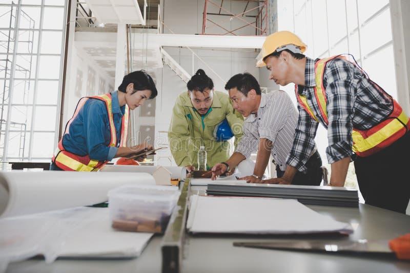 Grupa samiec i żeńscy inżyniery spotykamy opowiadaliśmy p zdjęcie royalty free