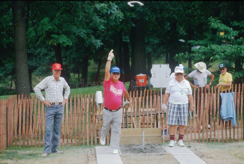 Grupa seniory bawić się grę podkowa zdjęcie royalty free