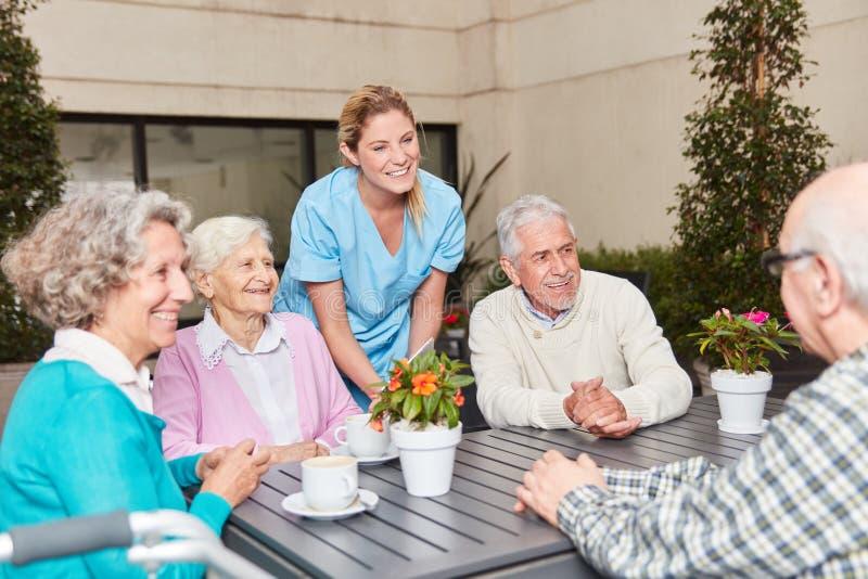 Grupa seniory opowiada jako przyjaciele zdjęcie stock