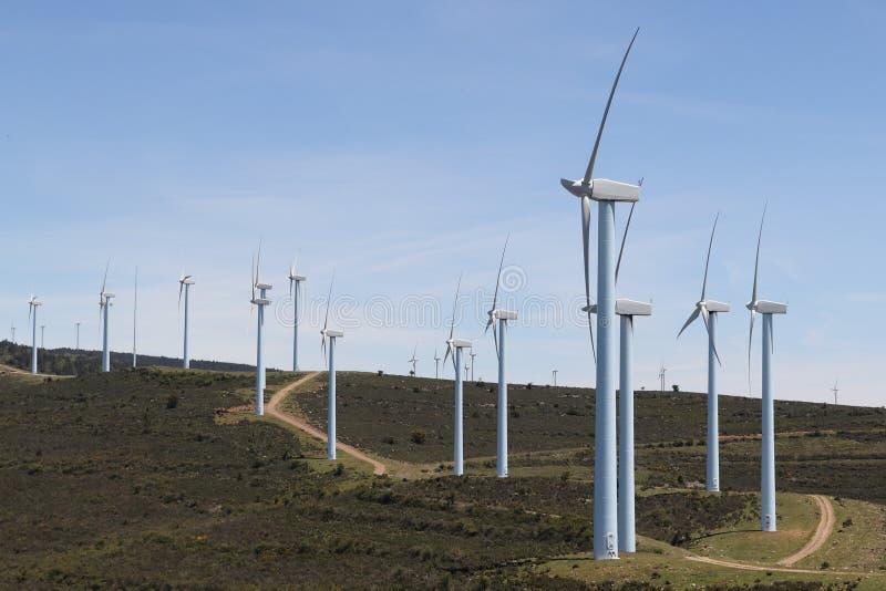 GRUPA silników wiatrowych generatory W górze zdjęcia royalty free