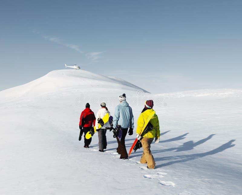 Grupa snowboarders cieszy się pięknego zima ranek Concep obraz stock