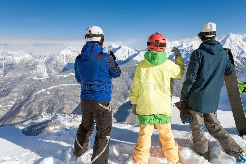 Grupa snowboarders i narciarka przy szczytem obraz stock