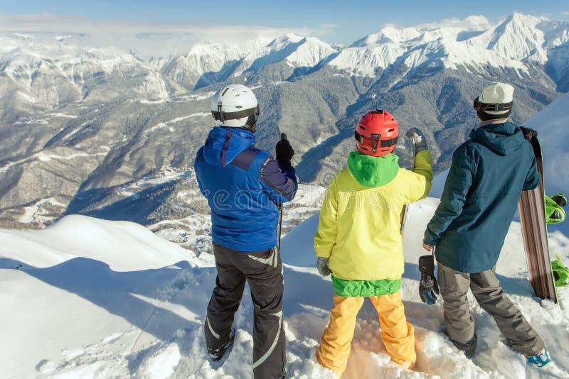 Grupa snowboarders i narciarka przy szczytem obraz royalty free