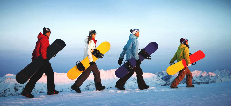 Grupa snowboarders na górze góry fotografia stock