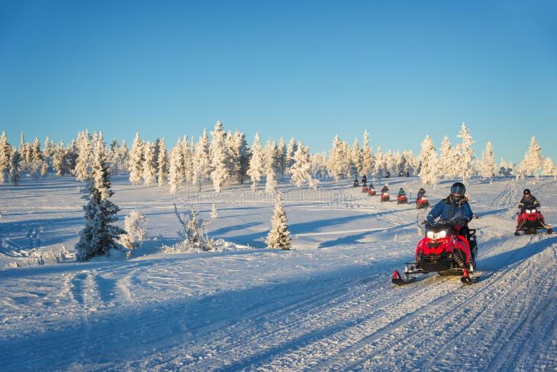 Grupa snowmobiles w Lapland, blisko Saariselka Finlandia fotografia stock