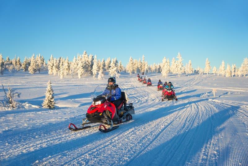 Grupa snowmobiles w Lapland, blisko Saariselka Finlandia zdjęcie royalty free