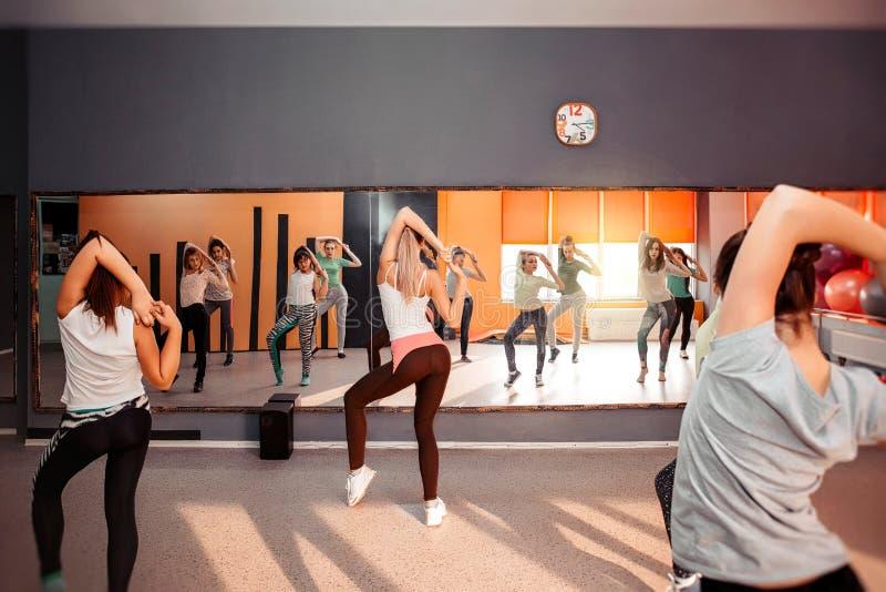 Grupa sportive nastoletnie dziewczyny ćwiczy w gym Dziecko stylu życia zdrowy pojęcie zdjęcia royalty free