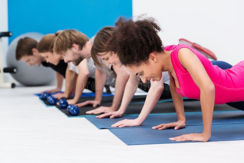 Grupa sportowi młodzi ludzie w gym fotografia stock