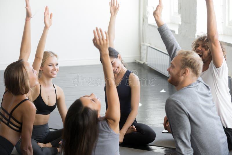 Grupa sporty szczęśliwi ludzie głosuje joga lekcję fotografia stock