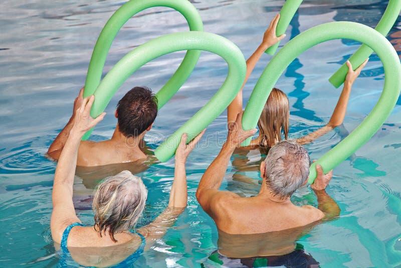 Grupa starsi ludzie robi aqua obrazy royalty free