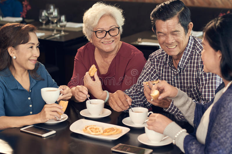 Grupa starsi przyjaciele fotografia stock