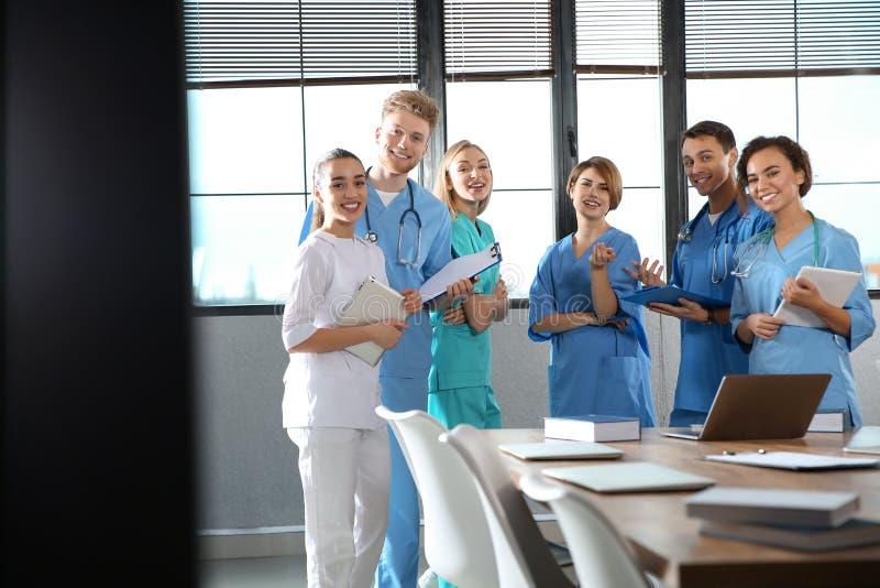 Grupa studenci medycyni z gadżetami w szkole wyższej zdjęcie royalty free
