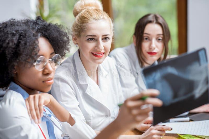 Grupa studenci medycyny w sala lekcyjnej zdjęcie royalty free