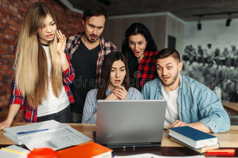 Grupa student uniwersytetu przygotowywa dla egzamin?w zdjęcia royalty free