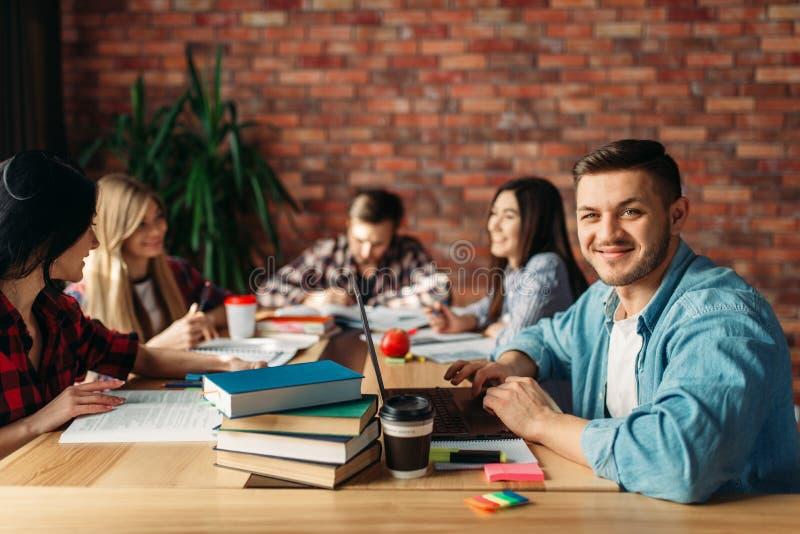 Grupa student uniwersytetu siedzi przy sto?em zdjęcia stock