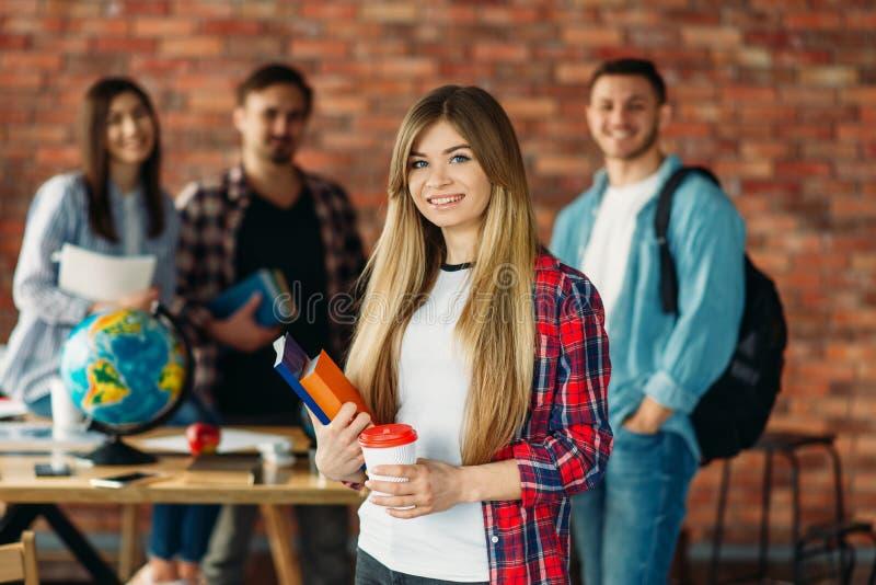 Grupa student uniwersytetu z podręcznikami, drużyna zdjęcie stock