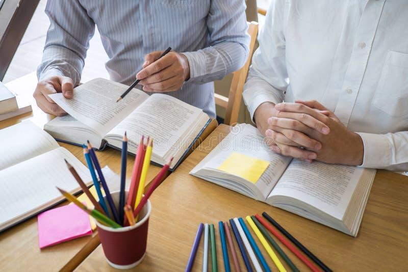 Grupa studiuje now? lekcj? wiedza w bibliotece podczas pomaga? m?odzi ludzie uczy si? ucz?cy przyjaciel edukacj? przygotowywa dla fotografia royalty free